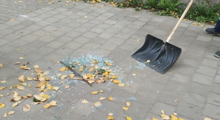 В Сыктывкаре ветер сорвал балконное окно прямо на головы прохожих (фото)