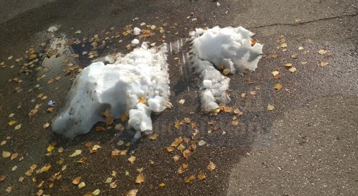 Необъяснимо, но факт: в Сыктывкаре за три месяца до зимы появился сугроб