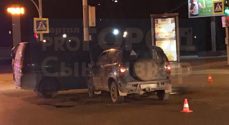 На оживленном перекрестке Сыктывкара «Нива» влетела в фургон (фото)
