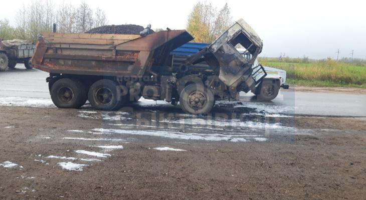 В Сыктывкаре прямо на дороге загорелся грузовик (фото)
