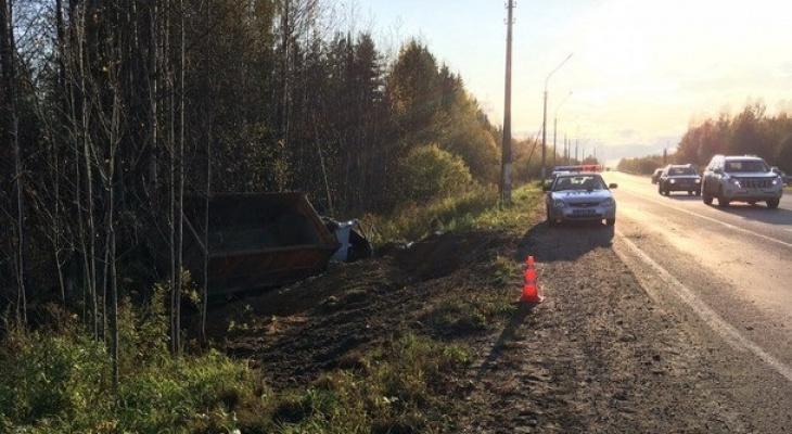 В Сыктывкаре съехал с дороги и перевернулся грузовик с песком (фото)