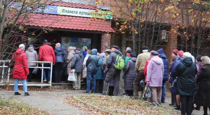 В центре Сыктывкара десятки человек «штурмовали» расчётный центр