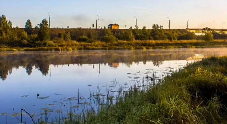 Фото дня в Сыктывкаре: голубое небо отражается в тихой заводи