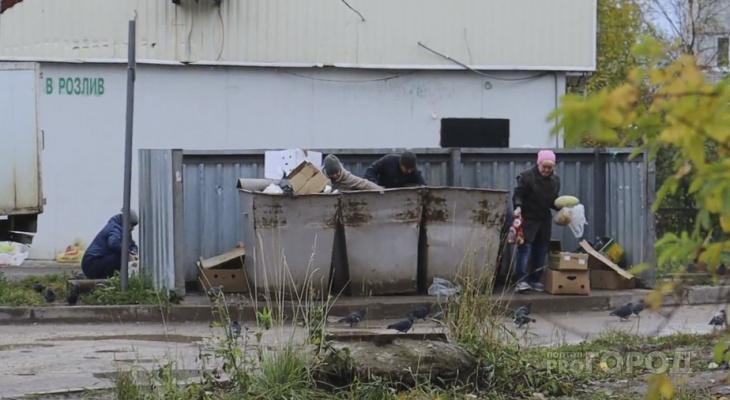 Пенсионеры, которые дерутся за «просрочку», приходят к магазину в Сыктывкаре каждый день
