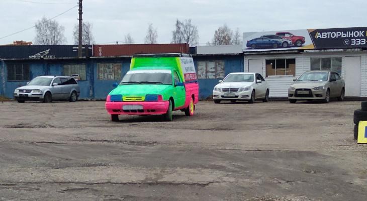 Фото дня в Сыктывкаре: кислотный «Иж» разрывает серые будни