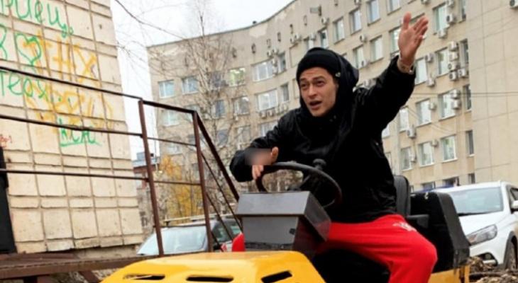 Рэпер Кравц перед концертом в Сыктывкаре «оседлал» каток около мэрии города
