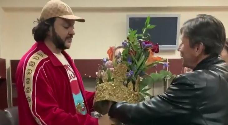 Сыктывкарская семья подарила Филиппу Киркорову огромный букет с короной