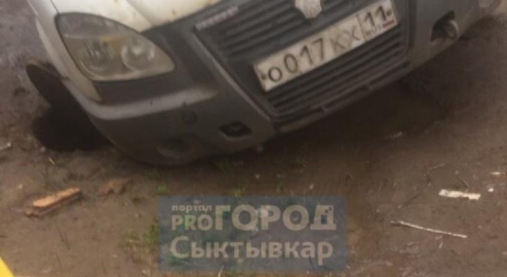 В Сыктывкаре «Газель» провалилась в люк на дороге (фото)