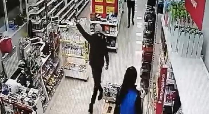В Коми подросток с пистолетом в руках угрожал продавцам косметики (видео)