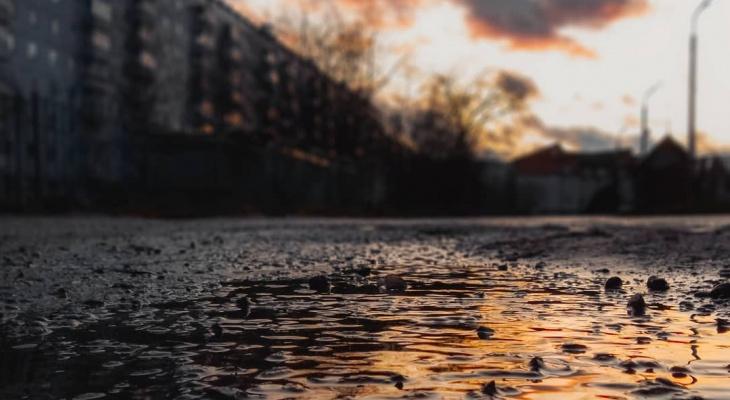 Фото дня в Сыктывкаре: золотисто-огненные отражения облаков в лучах уходящего солнца