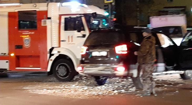 В Сыктывкаре пожарная машина врезалась в иномарку (фото)