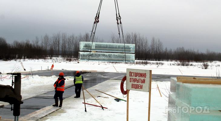 Фоторепортаж: из реки достали 200 тонн льда для новогоднего Сыктывкара