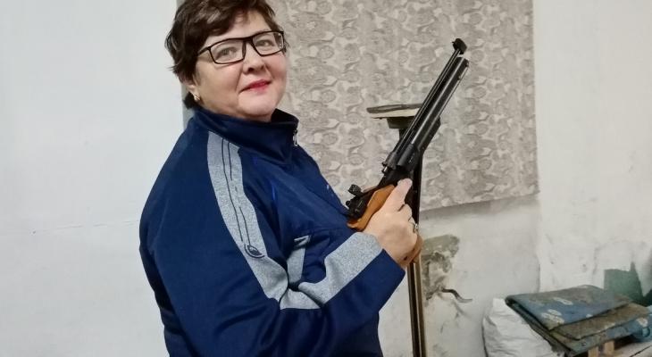 Пенсионерка-инвалид из Коми стреляет, занимается армрестлингом и работает охранником