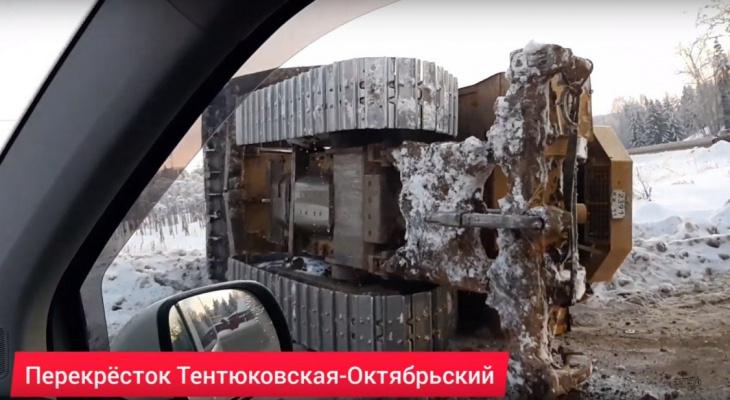 В Сыктывкаре трактор упал с фуры, которая везла его по дороге (видео)