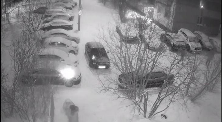 Подростки петардой повредили автомобиль жителя Коми (видео)