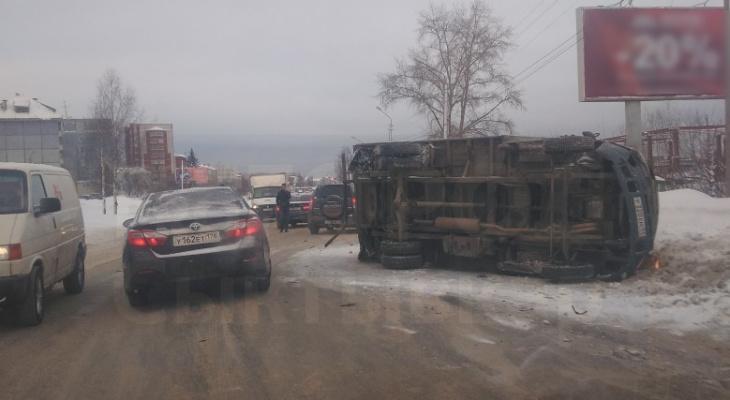 В Сыктывкаре «Газель» столкнулась с иномаркой и перевернулась (фото, видео)