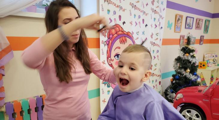 Как постричь малышей: сыктывкарская парикмахерская придумала необычное решение