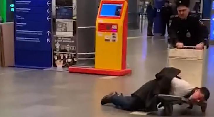 В московском аэропорту полицейские возили в тележке чиновника из Коми (видео)