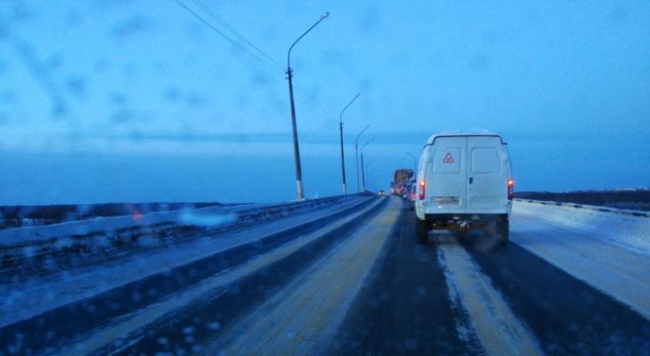 В Сыктывкаре из-за лесовозов образуются пробки на мосту: что делает ГИБДД