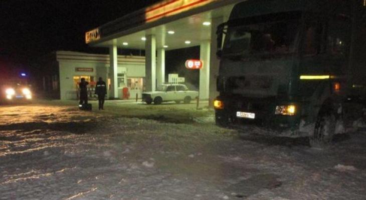 В Коми водитель фуры «потерял» 400 литров топлива и парализовал заправку (фото)