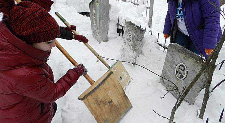В Сыктывкаре волонтеры очистили от снега захоронения ветеранов