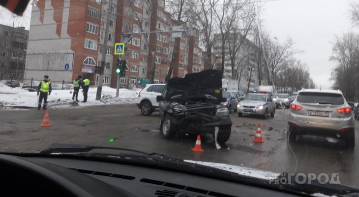 В Сыктывкаре на оживленном перекрестке столкнулись «Фольксваген» и «Шевроле Нива»