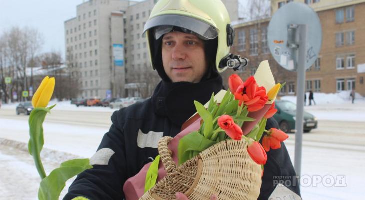 Пожарные в боевом обмундировании поздравили сыктывкарок с 8 Марта (фото)
