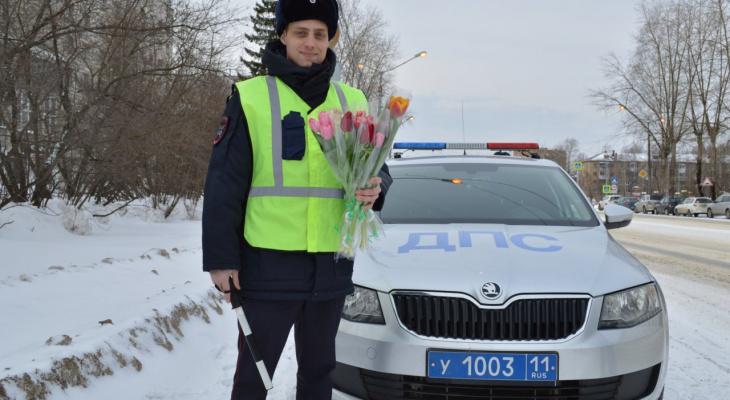 Люди в форме и тюльпаны из автомобиля: как сыктывкарок поздравили с 8 Марта
