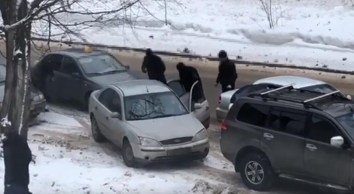 Видео: полицейские Сыктывкара выпрыгнули из машин и задержали подозреваемого в наркоторговле
