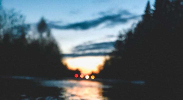 Фото дня от сыктывкарки: отблески теплого заката в затопленной дороге