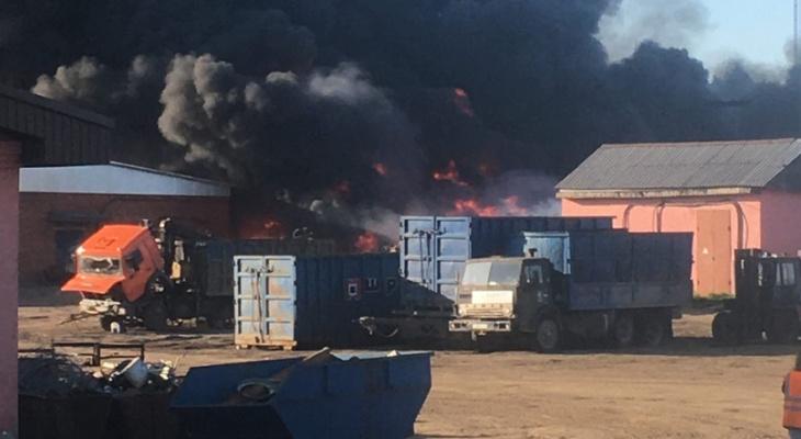 Появились подробности пожара в промышленной зоне Сыктывкара (видео)