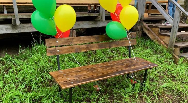 Спикер Госсовета Коми подарила 90-летней бабушке скамейку (фото)
