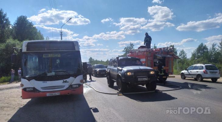 В Сыктывкаре посреди дороги начал дымиться автобус с пассажирами (фото)