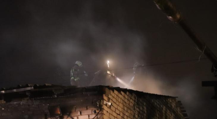В Сыктывкаре горело здание шиномонтажа (фото)