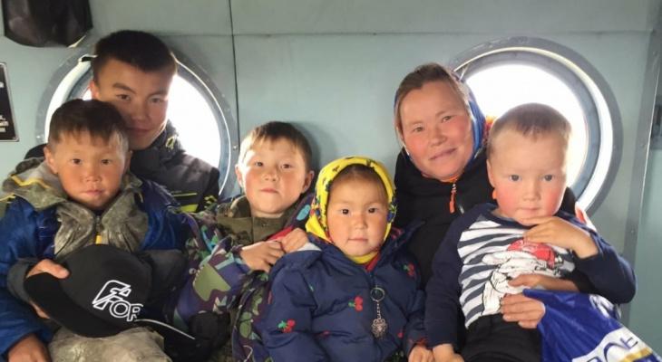 В Коми школьников из тундры возят в школу на вертолете