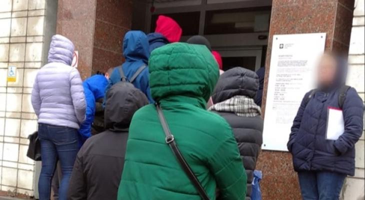 «Два градуса тепла, дождь, а люди ждут на улице»: сыктывкарцы жалуются на работу МФЦ