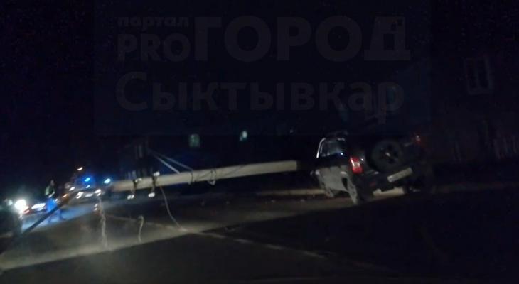 В Сыктывкаре водитель внедорожника снес опору ЛЭП