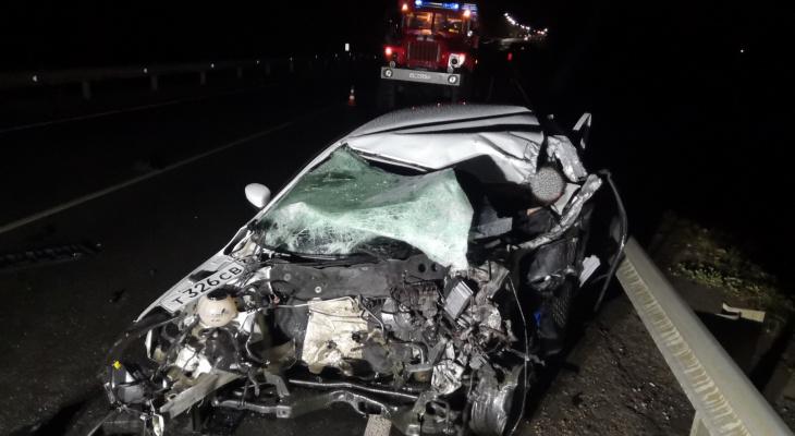 В Коми при столкновении фуры и легковушки погиб молодой водитель