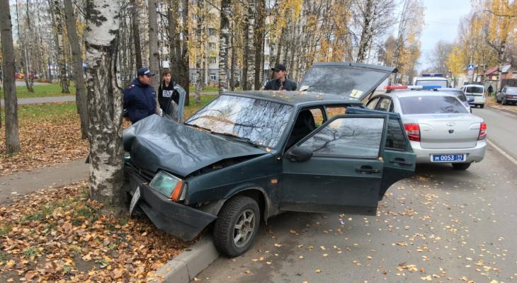 В Сыктывкаре пьяная автоледи въехала в дерево