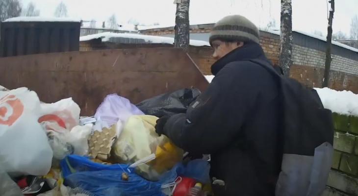 Сыктывкарский блогер копался в мусорках вместе с бездомным (видео)