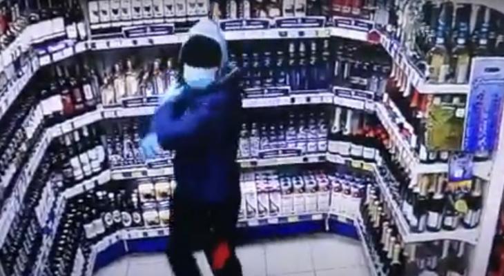 Сыктывкарец не смог вскрыть кассу и сбежал с двумя бутылками алкоголя (видео)