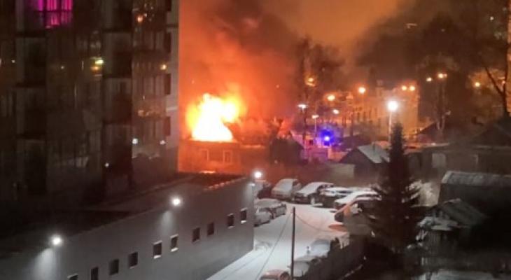 В Сыктывкаре ночью полыхал жилой дом (видео)