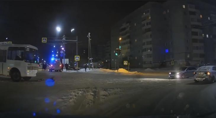 В Сыктывкаре пассажирский автобус столкнулся с такси, есть пострадавший