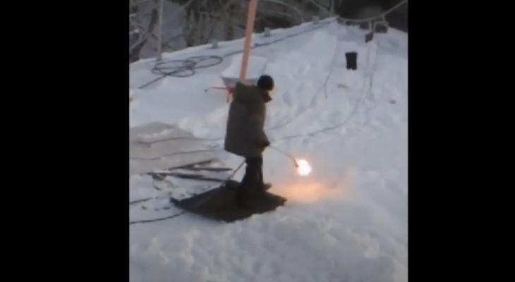Видео дня в Сыктывкаре: рабочий стелит крышу прямо на снег