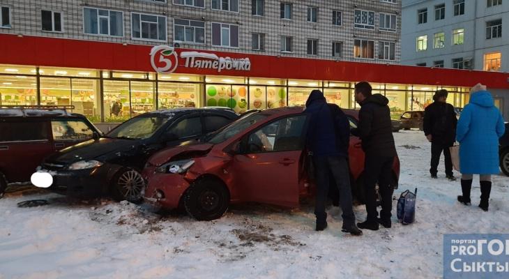 В Сыктывкаре женщина на легковушке протаранила ограждение и влетела в авто на парковке