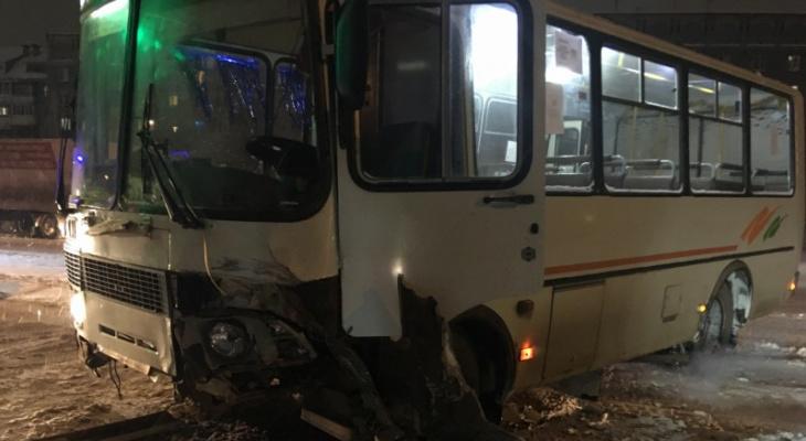 В Сыктывкаре пассажирский автобус протаранил такси