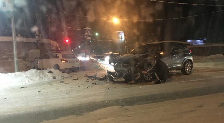В Сыктывкаре столкнулись два кроссовера: один из них вылетел на тротуар