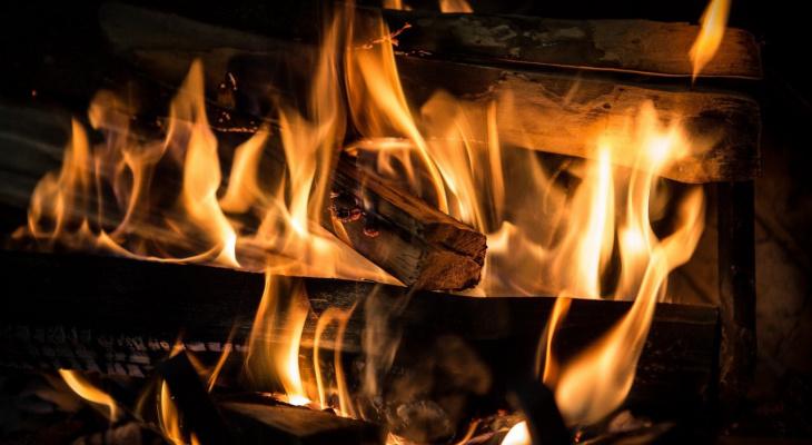 В Коми горящий дом рухнул на человека