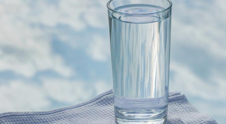 Диетолог развеял три популярных мифа об употреблении воды