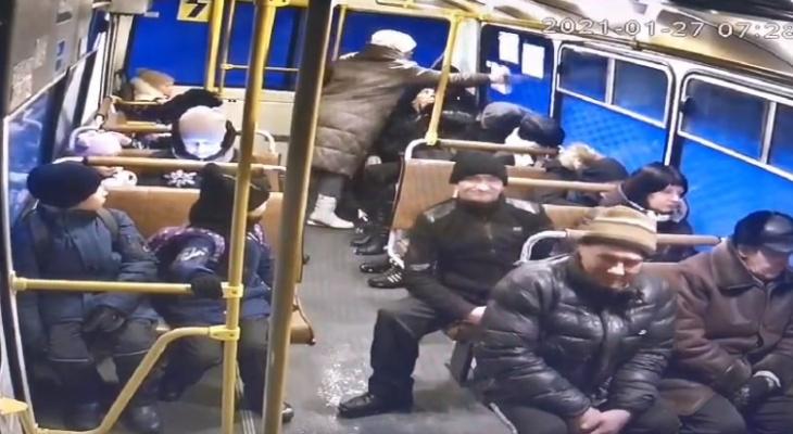 Сыктывкарка устроила акт вандализма прямо в автобусе